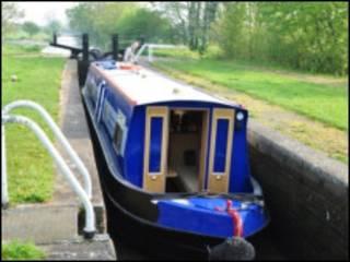 窄船过运河