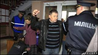 Обыски при входе в здание суда