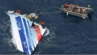 جزء من حطام الطائرة لدى انتشاله (2009)