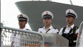 訪問坦桑尼亞港口的「舟山號」導彈驅逐艦上的中國海軍官兵(26/03/2011)