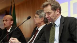 Глава делегации ЕС Юрген Крюгер и инспектор от МВФ Пол Томсен на пресс-конференции в Лиссабоне
