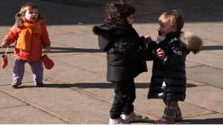 Дети танцуют на площади