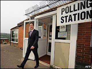 Líder dos liberais-democratas e vice-primeiro-ministro, Nick Clegg, deixa local de votação em Sheffield (AFP)