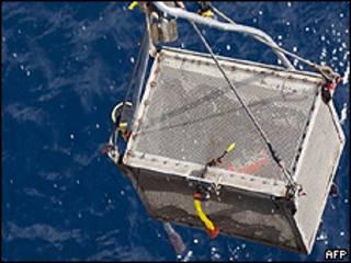Caixa de metal içada do mar com uma das caixas-pretas do voo AF447 (AFP)