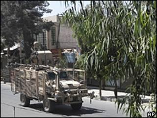 Veículo militar da Otan cruza rua de Kandahar durante confrontos deste sábado (AP)