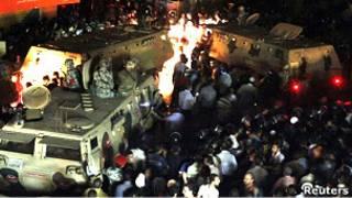 埃及開羅西北部市郊因巴拜穆斯林與基督徒包圍軍方裝甲車(7/5/2011)