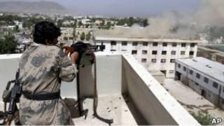 سرباز افغان در درگیری با مهاجمان طالبان در قندهار