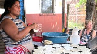 Mujer prepara tortillas utilizando nueva cocina