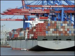 Conteiners são descarregados no porto de Hamburgo, na Alemanha (AFP)