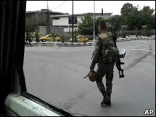 Foto tirada por celular mostra soldado sírio patrulhando rua de Damasco