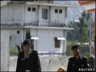 Oficiais paquistaneses patrulham Abbottabad (Reuters)
