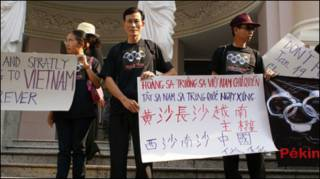 Blogger Điếu Cày (đứng giữa) trong cuộc biểu tình chống TQ 12/2007
