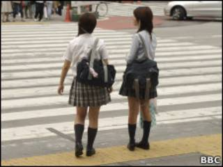 Garotas japonesas usando uniforme escolar.