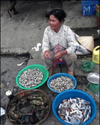 Người nông dân bán hàng đánh bắt được trên sông Mekong