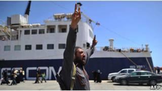 Повстанец в порту Мисраты 4 мая 2011 года