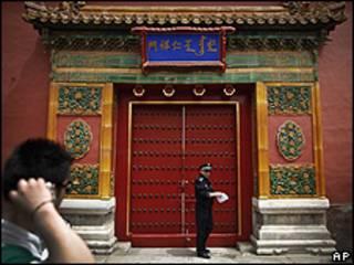 Turista observa guarda em entrada da Cidade Proibida, Pequim (AP)