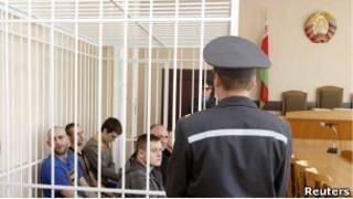 Николай Статкевич и другие оппозиционеры во время суда