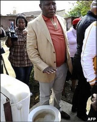 Políticos observam banheiro a céu aberto na África do Sul (AFP)