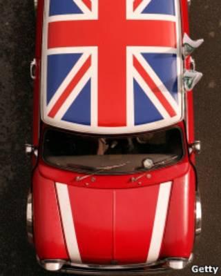 مینی ماینری که به رنگ پرچم بریتانیا در آمده