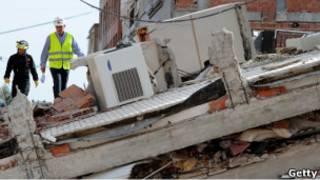Инспекторы проверяют здания в Лорке после землетрясения