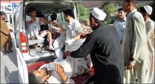 धमाके में घायल लोगों को अस्पताल ले जाते हुए