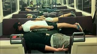 Melakukan planking di dalam gerbong kereta