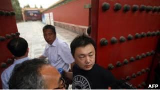 故宮博物院失竊展館人員在大門阻止記者入內。