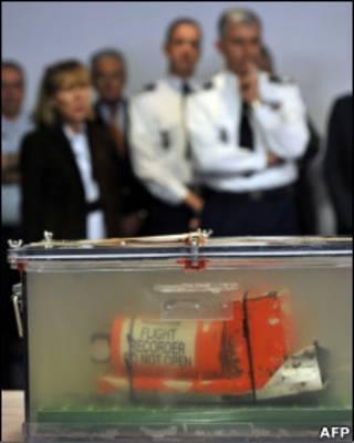 BEA apresenta caixas-pretas recuperadas à imprensa (Foto: AFP/ Getty Images)