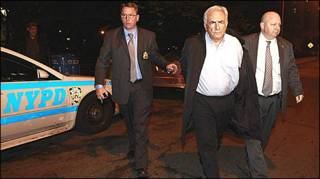 Ông Dominique Strauss-Kahn bị cảnh sát áp giải
