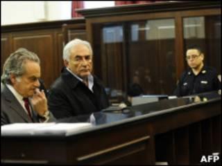 Dominique Strauss-Kahn oo jooga maxkamada