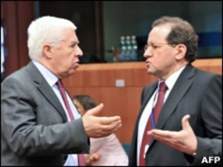 Ministro de Finanças português, Fernando Teixeira dos Santos (esq.), fala com vice-presidente do BCE, Vitor Constancio (AFP)