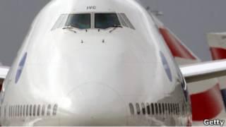 طائرة في مطار هيثرو
