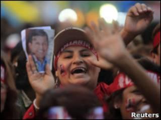 Militante de Humala, candidato à Presidência no Peru (Foto: Reuters)