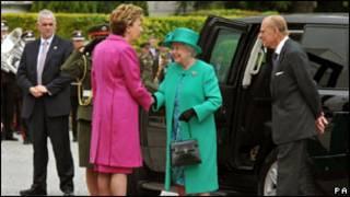 Umwamikazi Elisabeth wa kabiri yakirwa n'umushikiranganji wa mbere wa republika ya Irlande