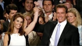 Ông Arnold Schwarzenegger vào vợ Shriver hồi năm 2003