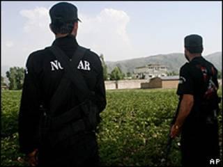 Paquistaneses fazem segurança em volta de complexo em Abbottabad