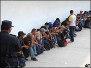 Migrantes encontrados em trailers no México