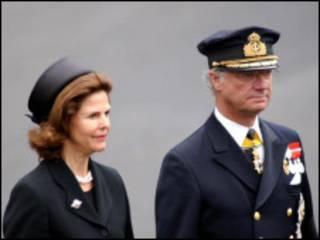 A rainha Silvia e o rei Carl XVI Gustaf durante o enterro da rainha-mãe, da Inglaterra, em 2002 (BBC)