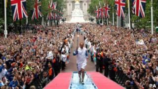 El atleta Steve Redgrave con la antorcha olímpica en 2004
