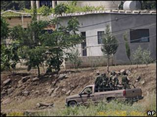 Soldados do Exército sírio em veículo na cidade de Al-Aridha (AP)