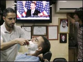 Palestinos em barbearia em Ramallah assistem a discurso de Obama nesta quinta (Foto: AP)