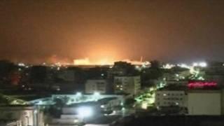 Ledakan akibat serangan udara terhadap kapal perang Libia di Tripoli terlihat dari jauh