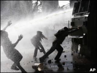 Manifestantes combatidos com jatos d'água em Valparaiso (AP)