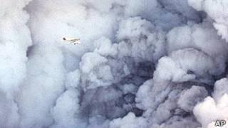 Самолет на фоне извержения исландского вулкана Тримсвотн