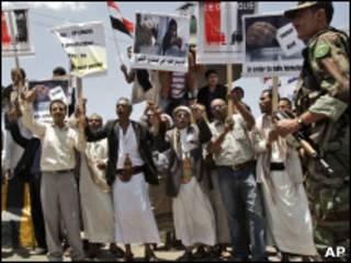 Manifestantes pró-governo em marcha do dia 16 de maio  no Iêmen (AP)