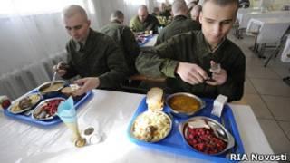 Солдаты за обедом