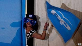 Mujer festejando triunfo del PP en elecciones españolas