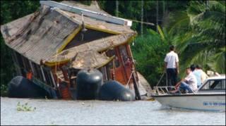 Tàu Dìn Ký bị lật trên sông Sài Gòn