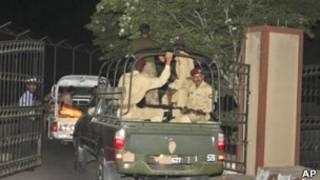 نیروهای پاکستانی هنگام ورود به پایگاه
