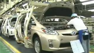 Рабочий на заводе по сборке электромобилей